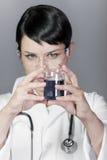 De donkerbruine vrouwelijke arts van het laboratorium Stock Foto