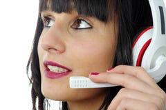 De donkerbruine vrouwelijke exploitant van de steuntelefoon in hoofdtelefoon, sluit omhoog Stock Afbeeldingen
