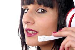 De donkerbruine vrouwelijke exploitant van de steuntelefoon in hoofdtelefoon, sluit omhoog Royalty-vrije Stock Fotografie