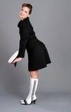 De donkerbruine vrouwen met leuke zeemanshoed stellen Stock Fotografie