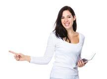 De donkerbruine vrouwengreep met digitale tablet en de vinger benadrukken Royalty-vrije Stock Foto's