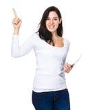 De donkerbruine vrouwengreep met tablet en de vinger benadrukken Royalty-vrije Stock Foto