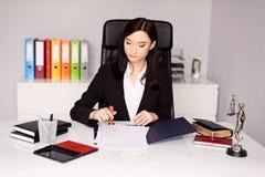 De donkerbruine vrouwennotaris Public notarieel bekrachtigt notarishandeling Stock Foto's