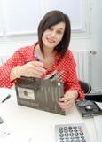 De donkerbruine vrouwentechnicus herstelt motherboard Stock Fotografie