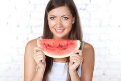 De donkerbruine watermeloen van de vrouwenholding Stock Foto