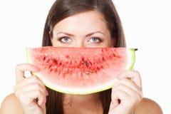 De donkerbruine watermeloen van de vrouwenholding Stock Fotografie