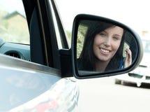 De donkerbruine zitting van het tienermeisje in haar sleutels van de autoholding Stock Fotografie
