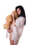 De donkerbruine zwangere vrouw met stuk speelgoed draagt Stock Foto's