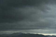 De donkere aard van de scène humeurige bewolkte strom van het hemelklimaat Royalty-vrije Stock Foto