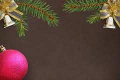 De donkere achtergrond met takken van sparren, decoratieve Kerstmis is Stock Foto