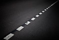 De donkere achtergrond van de asfaltweg met het merken van lijnen Stock Fotografie