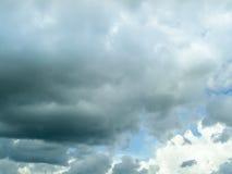 De donkere achtergrond van de cloudscape lichtblauwe hemel Stock Afbeeldingen