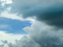 De donkere achtergrond van de cloudscape lichtblauwe hemel Royalty-vrije Stock Foto's