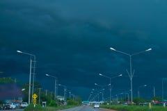 De donkere achtergrond van de wolkenaard Stock Foto