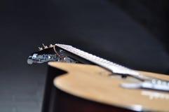 De donkere achtergrond van gitaaragaist Royalty-vrije Stock Foto's