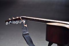 De donkere achtergrond van gitaaragaist Stock Foto