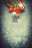 De donkere achtergrond van het Kerstmisvoedsel met vork en rode feestelijke vakantiedecoratie, hoogste mening Royalty-vrije Stock Afbeelding