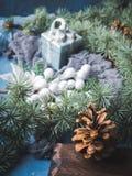 De donkere achtergrond van de Kerstmiswinter met decor Stock Foto's