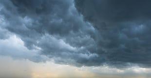 De donkere Achtergrond van Wolken Stock Afbeelding