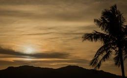 De donkere achtergrond van de zonsondergangaard Stock Foto's