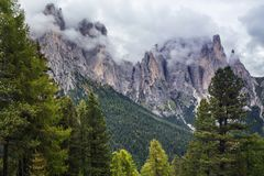 De donkere bergen van het dagdolomiet Stock Afbeelding