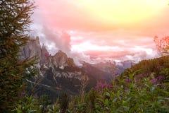 De donkere bergen van het dagdolomiet Stock Foto's