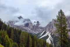 De donkere bergen van het dagdolomiet Stock Fotografie