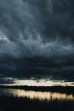 De donkere bewolkte mening van de onweersrivier Stock Afbeelding