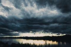 De donkere bewolkte mening van de onweersrivier Royalty-vrije Stock Fotografie