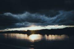 De donkere bewolkte mening van de onweersrivier Stock Afbeeldingen
