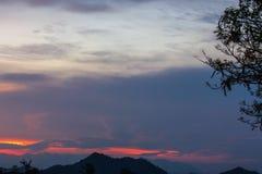 De donkere Bewolkte Schemering op Hemel, Mooie zonsondergang, betrekt kruis op onscherpe zonsondergang en Flam-boyant, de Vlamboo Stock Afbeeldingen