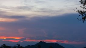 De donkere Bewolkte Schemering op Hemel, Mooie zonsondergang, betrekt kruis op onscherpe zonsondergang en Flam-boyant, de Vlamboo Royalty-vrije Stock Foto