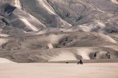 De donkere binnenkant van zandduinen zet Bromo-vulkaancaldera, Java op Stock Foto's