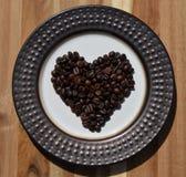 De donkere bonen van de braadstukkoffie in hartvorm Stock Afbeelding