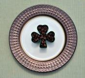 De donkere bonen van de braadstukkoffie in klaverblad deisgn Royalty-vrije Stock Afbeeldingen