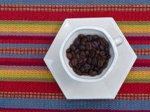 De donkere bonen van de braadstukkoffie in kop Stock Afbeelding