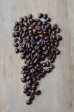 De donkere boon van de braadstukkoffie op houten raad Royalty-vrije Stock Afbeeldingen
