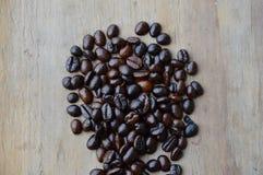 De donkere boon van de braadstukkoffie op houten raad Royalty-vrije Stock Fotografie