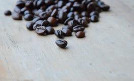 De donkere boon van de braadstukkoffie op houten raad Stock Afbeeldingen