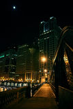 De donkere brug van het stadsstaal en rivierpromenade bij nacht in Chicago Stock Foto's