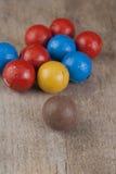 De donkere bruine ballen van de Chocolade op houten lijst Stock Afbeeldingen
