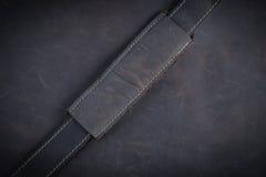 De donkere bruine Nubuck-leerachtergrond en de textuur met gouden s Royalty-vrije Stock Foto