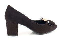 De donkere bruine schoen van de suède hoge die hiel op witte achtergrond wordt geïsoleerd Royalty-vrije Stock Afbeelding