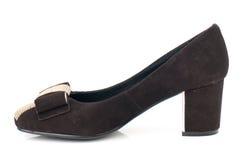 De donkere bruine schoen van de suède hoge die hiel op witte achtergrond wordt geïsoleerd Stock Fotografie
