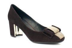 De donkere bruine schoen van de suède hoge die hiel op witte achtergrond wordt geïsoleerd Royalty-vrije Stock Foto's
