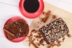 De donkere cake met chocolade, de cacao en de pruim blokkeren, kop van koffie, heerlijk dessert Stock Foto