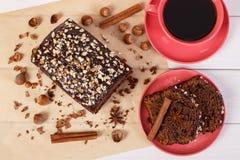 De donkere cake met chocolade, de cacao en de pruim blokkeren, kop van koffie, heerlijk dessert Stock Fotografie