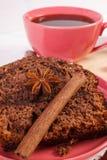 De donkere cake met chocolade, de cacao en de pruim blokkeren, kop van koffie, heerlijk dessert Stock Foto's