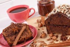 De donkere cake met chocolade, de cacao en de pruim blokkeren, kop van koffie, heerlijk dessert Royalty-vrije Stock Fotografie