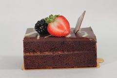 De donkere cake van de chocoladeaardbei Stock Afbeeldingen